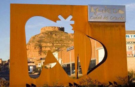 Escultura con logotipo de ciudad